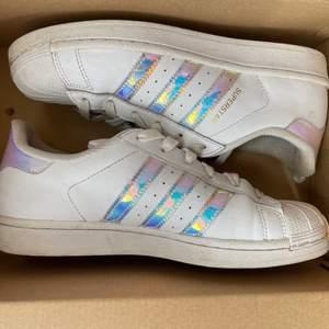 Adidas superstars holographic , använda en del men i okej skick, strlk 38