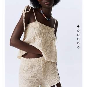 Säljer ett linne från zara som aldrig är använt, linnet i beige färg med en liten volang (se bilderna)                                       BUDA i kommentarerna.                                                                Startpris : 150kr