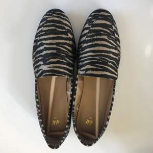 Helt nya och oanvända loafers. Säljs pga de är för små för mig🤎. Storlek 37 men känns mer som 36. Finns att hämta i Bromma.