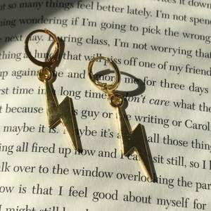Guldiga blixtörhängen, kroken på dem är nickelfri, berlocken på dem är nickeltestade. ✨