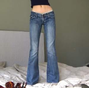 Dösnygga jeans med coola fickor! Jag är drygt 170 och de går precis ner till fötterna på mig, hade alltså passat bättre på någon kortare. Bra skick förutom lite slitage längst ner! ‼️säljer endast vid bra bud, buda eller köp direkt för 350+frakt‼️