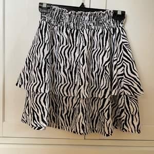 Fin zebra kjol med skönt och strechigt material.                    Kjolen är i barnstorlek 146/152 men passar väldigt bra på mig med storlek S