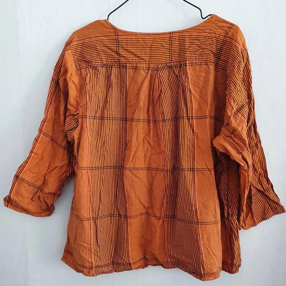 söt topp med ränder å naturvarmt orange tyg, från gudrun sjöden! 100%bomull.. flowy, oversized fit🌻. Toppar.