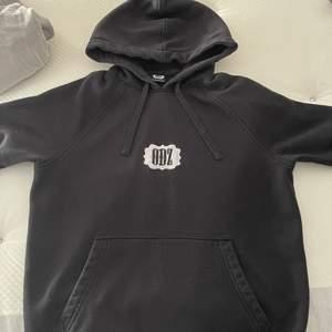 """Nu har det blivit dags att sälja min älskade odz hoodie. Gör liite ont i hjärtat men tyvärr så ligger den bara och skräpar i garderoben. Den förtjänar ett nytt hem. Super snygg stilren hoodie, med trycket """"ODZ"""". Tröjan går inte att få tag på längre då den är limited edition. Storleken på tröjan är S unisex. Köpt är köpt, denna går ej att skicka tillbaka om köpet ångras. Priset är som det är då denna är sällsynt, finns dessutom ingen att få tag på. Intresserad? Meddela mig 😊"""