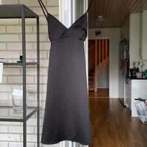 En helt oanvänd svart somrig klänning som inte kommer till användning. Passar storlek Xs/s