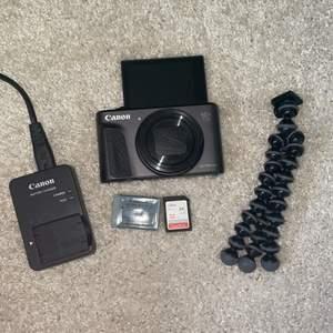 En kamera från Canon. Modellen PowerShot SX730 med alla tillbehör som när man köpte den med. Desvärre så har jag slängt kameraväskan man fick med. Man får inte ett stativ, minneskort på 32 GB, batteri, laddare och kartong. Den har en skärm som man kan ha åt båda hållen. Köptes för ca 1 år sen för 3600 kr på media mark.  Säljs nu för ca 1200 +frakt. Vid bra deal kan jag sänka.