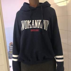 Mörkblå hoodie med luva och tryck på framsidan. Använd fåtal gånger men fördemesta bara hängt i garderoben. Inte så tjock, passar bra till våren eller sena sommarkvällar. Storlek S. Passar både tjej och kille. Köpt från Ginatricot längesen, minns inte vad jag köpte den för. Kan möta dig ifall du bor i Göteborg.