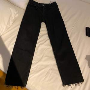 Snygga svart-grå jeans från Zara i rak modell. Supersköna säljes pga för små strl: 36