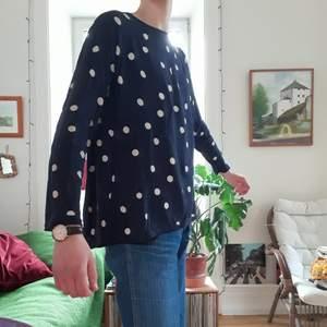 En tunn, luftig, långärmad tröja från LINDEXs kollektion HOLLY & WHITE. Personligen tycker jag det är en av de skönaste plaggen jag har, men säljer pga att det inte är min stil, då jag fick den av en kompis. Använd ett fåtal gånger. Material: 51% bomull, 49% viskos. På tredje bilden ser man att den är veckad i ryggen.