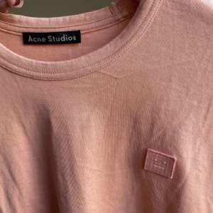 Långärmad tshirt från Acne i deras klassiska färg. Superbra skick, Max använd typ 7 gånger. Köptes sommaren 2019 för 1100 om jag minns rätt! Storlek XXS men stor i storleken så sitter perfekt på mig som är en XS.