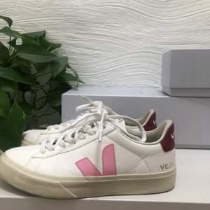 Ett par SJUKT snygga sneakers ifrån Veja. Säljer tyvärr pga råkade köpa i fel storlek... Jag har bara användt dom en gång så dom är som nya🥰 Köpte dom för 1350 på &other stories förra veckan. 🥂💗🌷🛍
