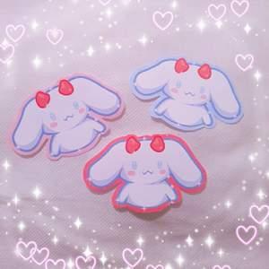 Har gjort egna matta klistermärken men egen design av cinnamoroll utklädd som demon♡ frakt kostar alltid 12kr spelar ingen roll hur många du köper 🥰 10kr styck!