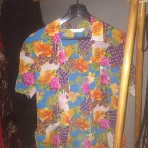 Ganska tight hawaiiskjorta köpt på beyond retro! Fiiiina färger och sitter väldigt snyggt. Saknar en knapp längst ned, men det är inget man märker. Vill egentligen behålla men behöver pengar