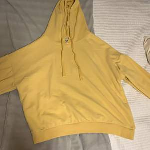 Supersnygg gul hoodie köpt på pull & bear. Säljer då jag har en till.