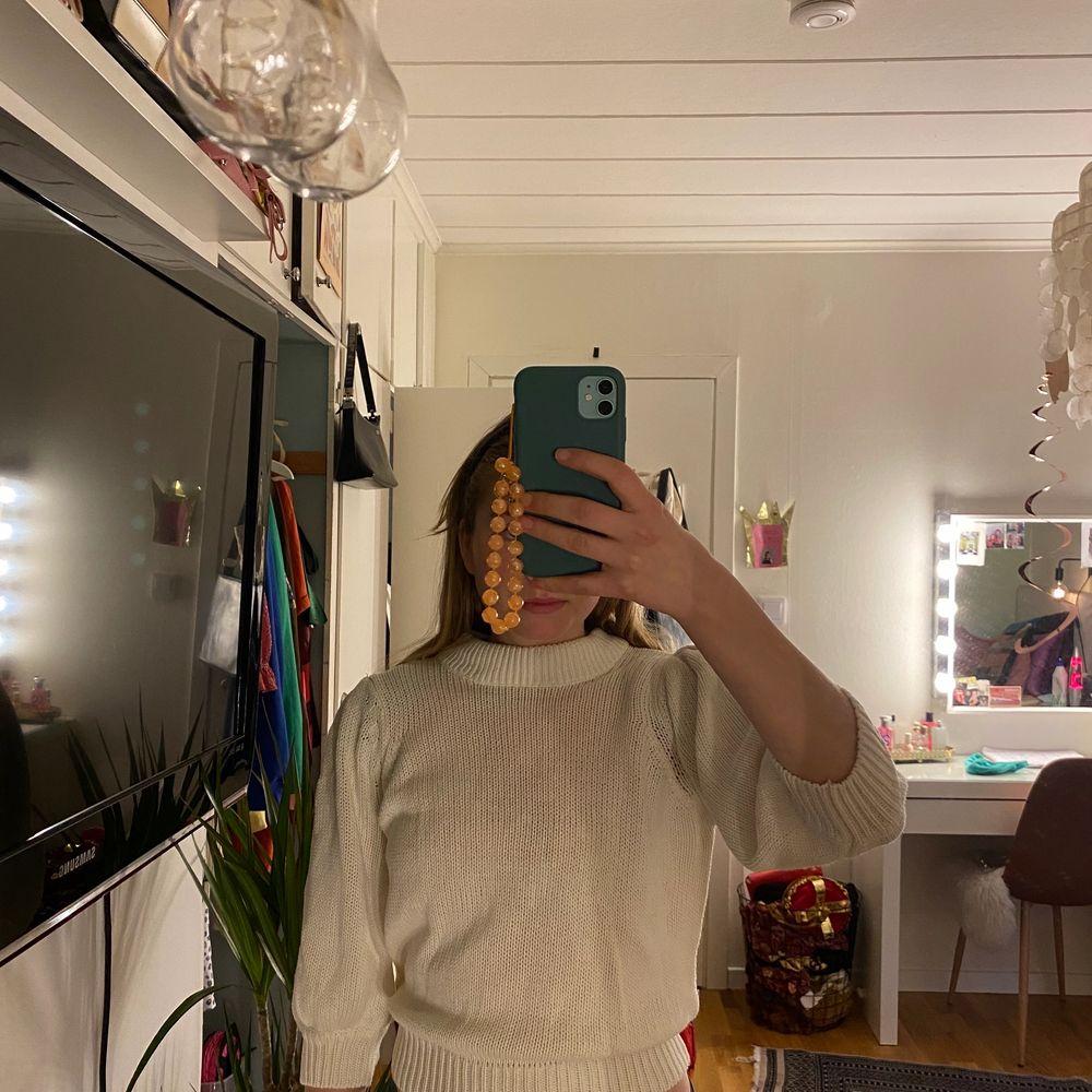 Jättefin stickad tröja med puffärmar som säljs pga att den inte kommer till användning. Den är i ett jättefint skick då jag inte har använt den mer än 5 ggr.💞💞💞. Stickat.