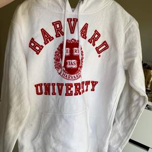 Fin Harvard hoodie, liten fläck på luvan se bild 2. Startbud 70kr+frakt! Passar xxs-xs