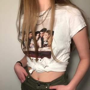 T-shirt med Friendsmotiv<3 Begangnad i fint skick! Köpt från H&M. Strl. XS