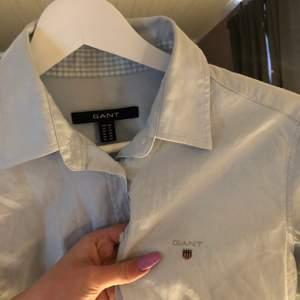 Superfin och lyxig gant skjorta som är ljusblå, så fin färg 💙 Insidan av armen är rutig så fett fint om man viker upp armarna!!! Sparsamt använd i bra skick 💙