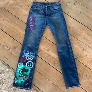 Jeans köpta second hand som jag själv målat på med akrylfärg som inte försvinner i tvätten! Står inte storlek men passar mig som har ca 26 i midjan❤️ är 165cm lång