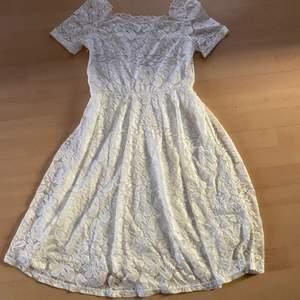 Endast testad 1 gång.  Oanvänd vit klänning från Shein.  Storlek L men skulle säga att den passar storlek M bättre.   Finns i Igelstorp men kan även hämtas i Skövde eller fraktas om köparen står för fraktkostnaden.  Perfekt till Skolavslutning eller student.
