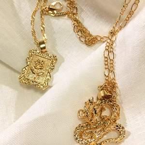 Hej! Jag har ett UF-företag där det finns att köpa trendiga halsband. Båda halsbanden kommer i guldfärg (se bild). En med ros bricka och en med drake som berlock.                                              Företaget har ett hållbarhetstänk där orginalförpackningen återanvänds för att spara på jordens resurser.                                  Är du intresserad av att köpa ett halsband? Skriv till mig här på plick eller på direktmeddelande (dm) på Instagram. Instagram namnet är glittra.uf                                                          Tack!☺️♥️                                                                                           Halsband 78kr/st + 12kr i fraktkostnad. Inga byten eller returer. Betalning sker via Swish!