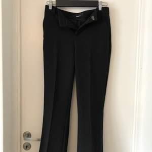 Svarta kostymbyxor från Ginatricot i storlek 36. Har fått ett litet märke nere på ena hörnet av vänster ben. Inget som syns speciellt mycket men se sista bilden. Annars fint skick och endast använda en gång. 100kr + frakt!