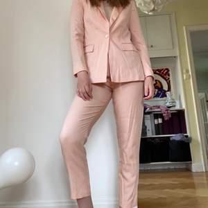 En rosa kostym i linne likande material från ASOS i storlek 38 men passar en 36 bättre. I fint skick endast använd ett fåtal gånger.
