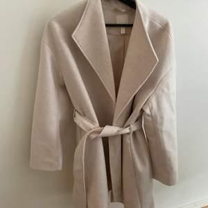 Kort kappa från H&M!!! Använd en gång men insåg att det inte riktigt var min stil men såå fin💕💕 köpt för 500 kr säljer nu för 100 kr. Storlek S som även är slutsåld