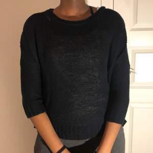 Svart stickad tröja i storlek S, modellen är kort i armarna. Med mönster på och som du ser på bilden är den ganska genomskinlig. Fin med ett svart linne under. Säljer pga att den inte används. Inga hål utöver själva mönstret.