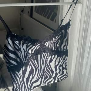Säljer nu mitt jätte fina zebramönstrade linne ifrån shein i storlek S. Köparen står för frakten!