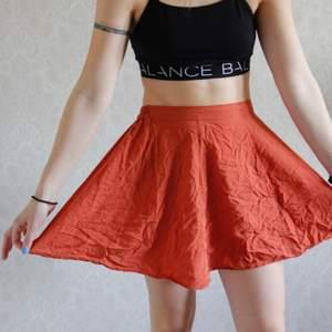 En väldigt kort och färgglada kjol. Vid och skön att ha på sig. Perfekt för sommaren. Kolla gärna på mina andra annonser! Blir billigare med frakt då 👏🏽