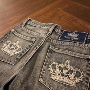 Ett par Victoria Beckham jeans som nästan är som nya. Inga slitningar eller fläckar. Köpta här på Plick men är lite för små för mig.  Om många är intresserade blir det budgivning. Midjemått: 73 cm. För att tillägga så är jeansen i en mer blå färg än vad det ser ut på bilderna.