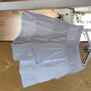 Snyggaste Vita volang kjolen köpt förra sommaren men kom aldrig riktigt till användning tyvärr💕