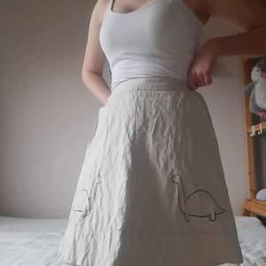 Söt kjol från H&M som jag målat tvp söta dinosaurier på. Får verkligen inte på mig den längre, så håller bara upp den just nu.
