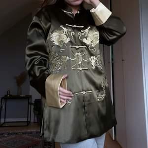 """Topp från kinesiska Menglu i size L. Köptes dyrt i vintagebutik 🤍  Sjuk kvalité som ni nog ser. Dess färg är grön och """"guld""""/gul. Fraktkostnad: 59kr"""