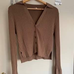 Superfin brun ribbad tröja från Nelly. Endast använd en gång! Superskön och snygg på! Har slits vid armsluten (se bild nr 2). Nypriset är 399kr. Säljer för 250kr + frakt💕 om fler är intresserade så blir det budgivning.
