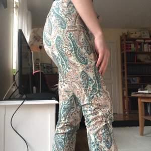 Mönstrade byxor från Zara köpta i Rom i strl Small.