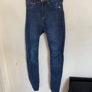 Säljer nu dessa väldigt fina jeans från Lager 157. De är väldigt bra skick trots att de har blivit använda en del och storlek S. Hör av er för fler bilder:) köparen står för ev frakt