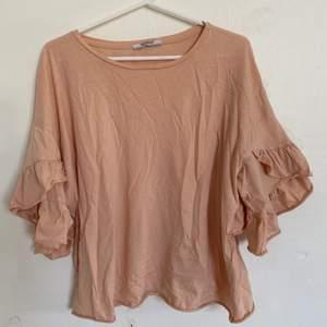 Nu säljer jag denna väldigt fina tröja. Storlek M och väldigt bra skick. Säljer då den ej längre passar. Hör av er för fler bilder:) köparen står för ev frakt
