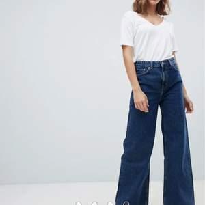 Coola mörkblåa jeans ifrån Weekday i modellen Ace! Säljes pga fel storlek, skriv privat för fler bilder. Köparen står för frakt<3