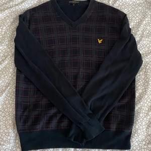 En fin v-ringad tröja ifrån lyle n scott, skriv privat om man vill se plagget på💓💓💓 storleken är L men passar vilken storlek som helst beroende på hur man vill att den ska sitta. pris kan diskuteras