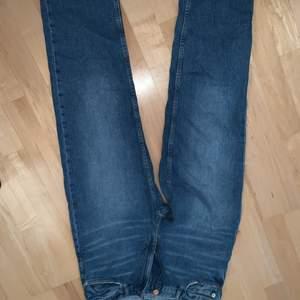 Säljer mina absolut favorit jeans ifrån Lindex då de tyvärr är för små för mig just nu. Storlek 40, väl använda. Köparen står för frakten, frakten kan variera
