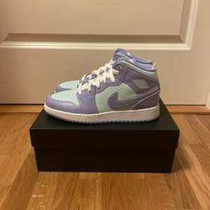 """Jordan 1 mid """"Purple aqua"""". Finns i storlek 36,5 / 38 / 38,5"""