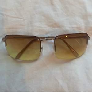 Glasögon i 2000-tals stil, supersnygga och perfekta nu till våren!! Frakt tillkommer✨