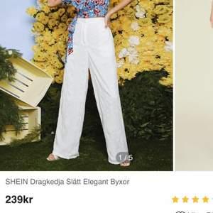 Säljer dessa jättefina vita, lösa byxor från Shein då de tyvärr var för små för mig✨ Aldrig använda, enbart testade🌿 De var ganska långa på mig som är 163 🌸 Dessa är förtillället slutsålda på hemsidan. PRIS: 200kr inklusive Frakt!