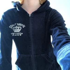 En helt oanvänd juicy couture tröja med dragkedja! En superfin mörkblå färg och har bara inte använt! Den passar S och M! Pretty royalty juicy coture! Sista bilden visar trycket stort på ryggen! Vid intresse skickar jag fler bilder!💗🔹