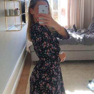 Svart klänning med blommor och 3 kvarts arm, storlek 36, köparen står för frakt