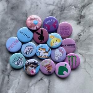 💥 Utförsäljning 💥                                                                Prinsen på bilden är 3 för 2, och kostar 10:-/st. ✨ Vi har fler designs på profilen och gör även custom made pins med era motiv. Hör av er vid frågor 💕