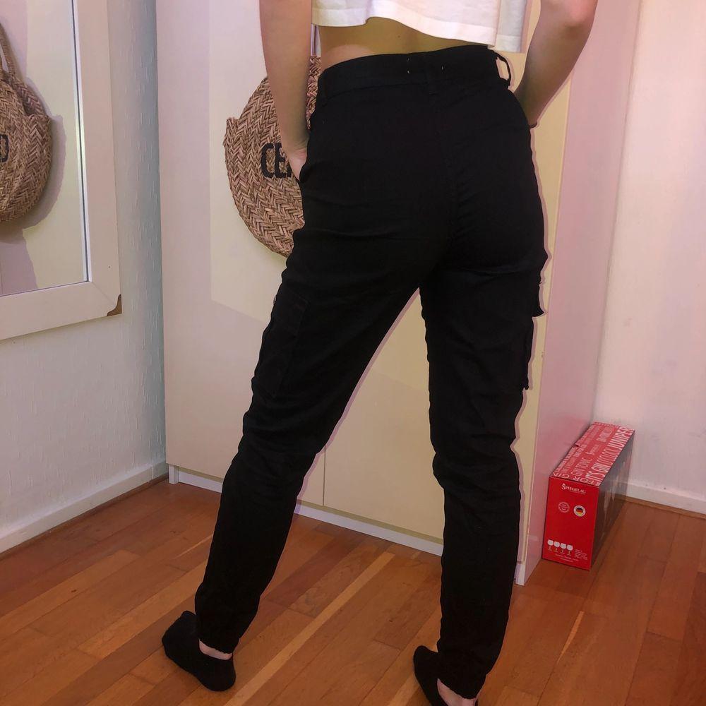 Ett par byxor i stretchigt material från Madlady. Använda ett antal gånger men så gott som nya! 99kr + frakt/högsta budet. Jeans & Byxor.