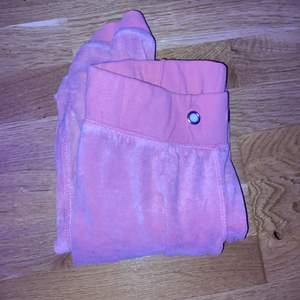 Säljer nu ett par rosa mjukisar då de är för små för mig! De har dock ina snören men sitter ändå ganska tajt vid midjan. Byxorna är i strl S